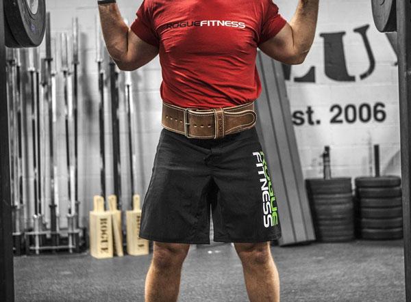 A men using a lifting belt